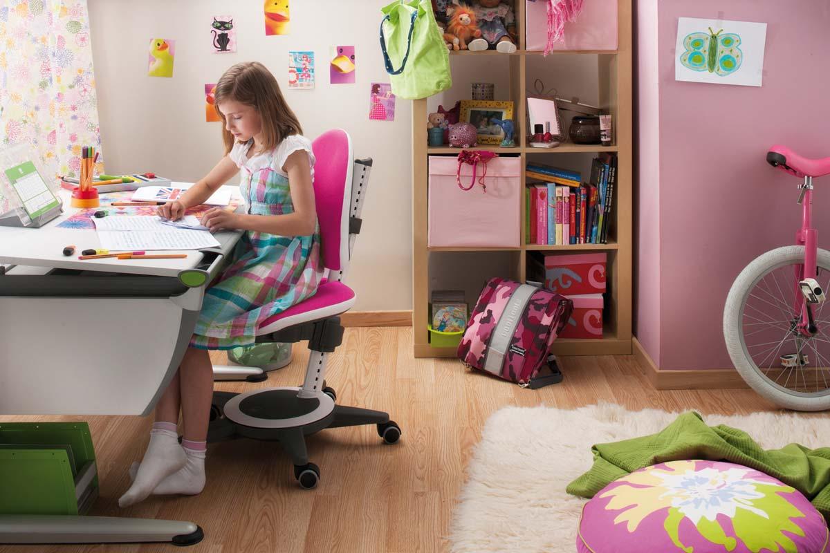 Момическа стая със стол и бюро moll