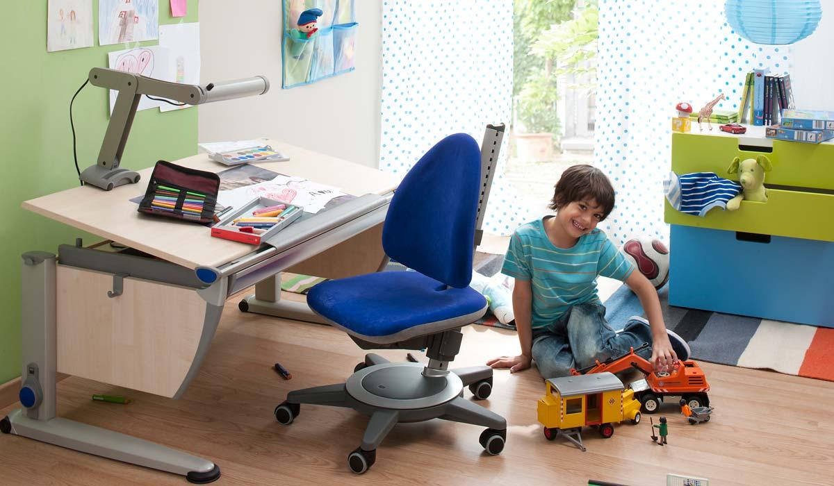 Момчешката стая със стол и бюро moll