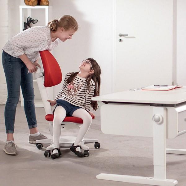 От какво бюро и стол се нуждае ученикът в къщи?
